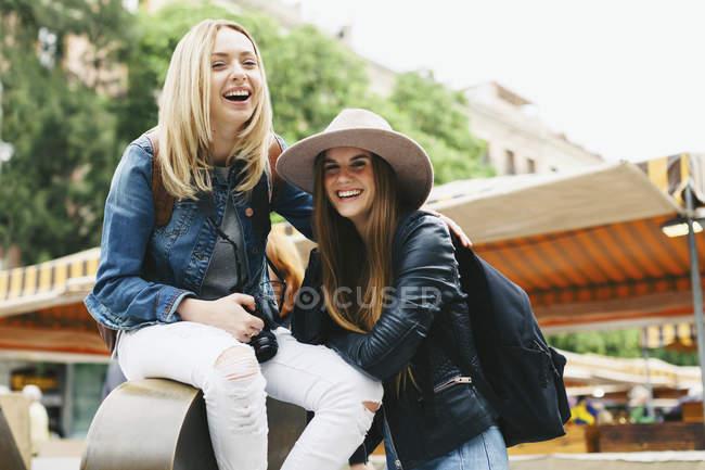 Espagne, Barcelone, deux jeunes femmes heureuses dans la ville — Photo de stock