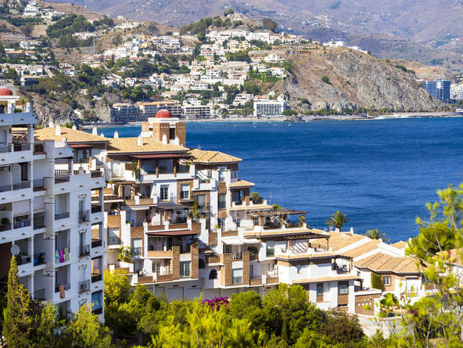 España, Andalucía, Granada, Costa de Tropical, Vista de La Herradura, casas en la costa - foto de stock