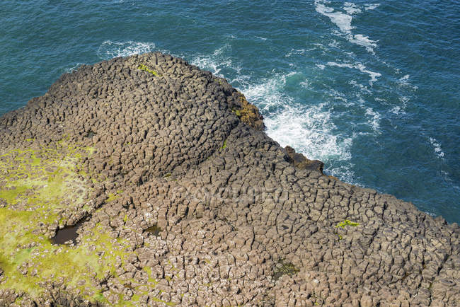 UK, Northern Ireland, County Antrim, view from cliff coast to basalt columns at Causeway Coast — Stock Photo