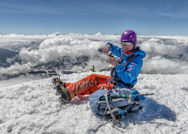 Schweiz, Berner Westalpen, lächelnden Bergsteiger ruht in Balmhorn region — Stockfoto