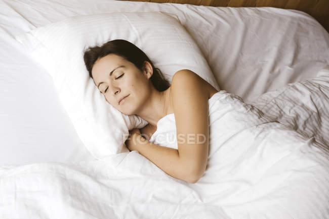 Портрет спальний жінки в ліжку — стокове фото