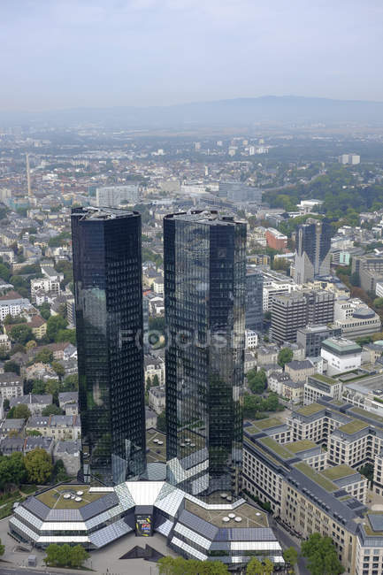 Alemania, Hesse, Frankfurt, paisaje urbano con torres gemelas de Deutsche Bank - foto de stock