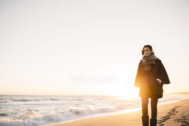 Frau spaziert im Winter am Strand — Stockfoto