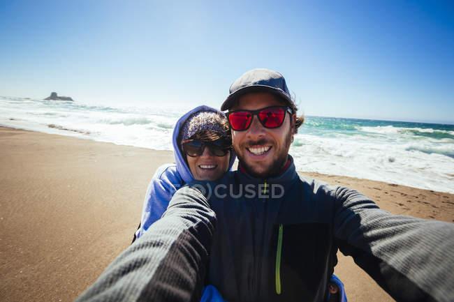 Selfie de um casal na costa do Pacífico na Califórnia — Fotografia de Stock