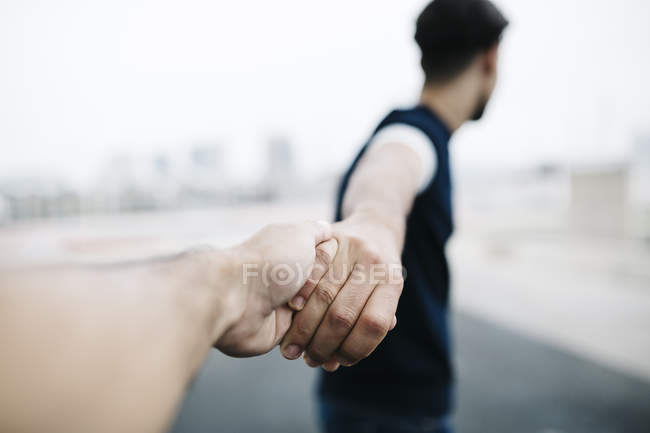Пара держась за руки зрения — стоковое фото