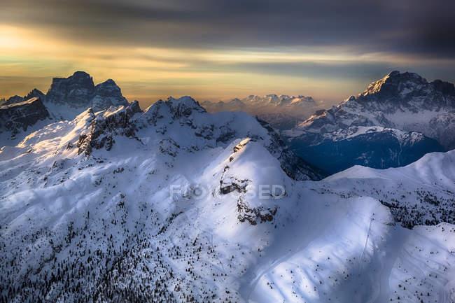 Итальянские Альпы зимой на закате над вершиной — стоковое фото