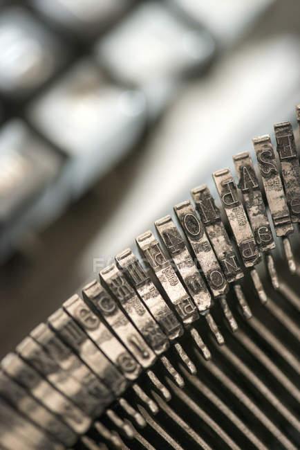 Detailansicht der Typebar mit Buchstaben der Schreibmaschine — Stockfoto