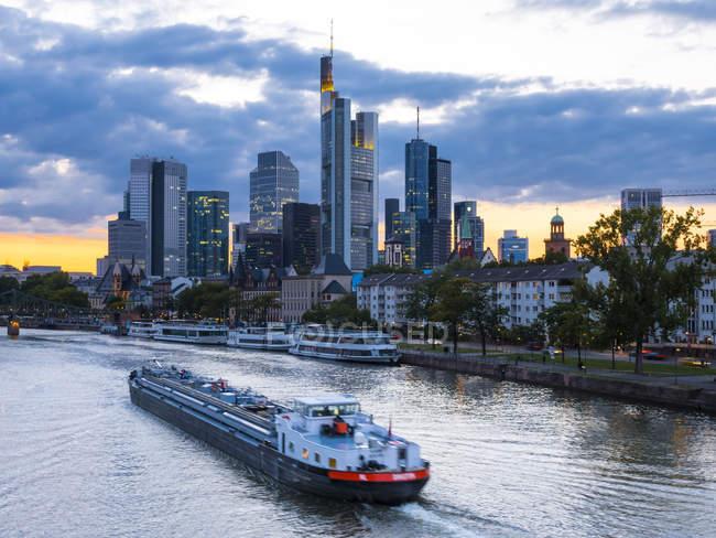 Німеччина, Франкфурт, річка Майн, skyline finanial району у фоновому режимі — стокове фото