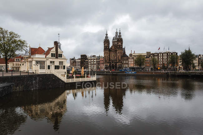 Netherlands, Amsterdam, View of Amstel and Sint-Nicolaaskerk — Stock Photo