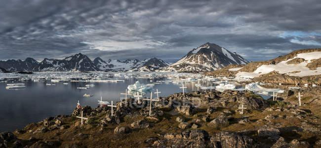 Groenlândia, Schwei=Kulusuk, quintal contra água e rochas — Fotografia de Stock