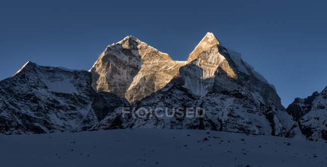 Nepal, Himalaya, Khumbu, Kangtega und Blick auf die Berge bei Tag — Stockfoto
