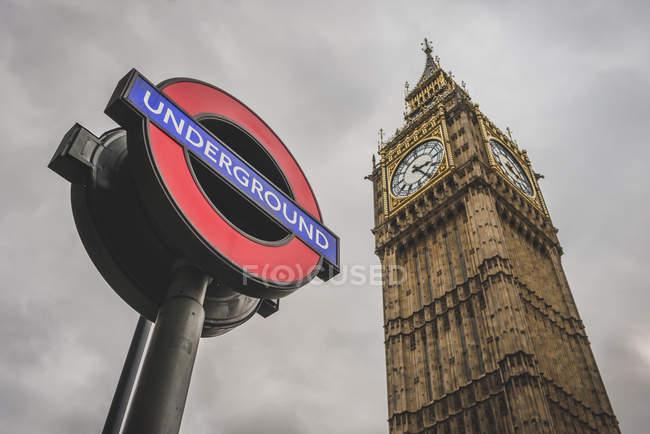 Reino Unido, Inglaterra, Londres, Underground Sign e Big Ben — Fotografia de Stock