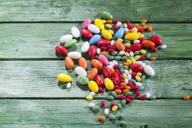 Цветные пасхальные яйца на зеленом дереве — стоковое фото