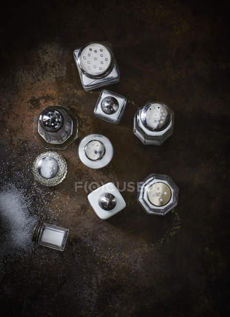 Различные солончаки на ржавом металле — стоковое фото