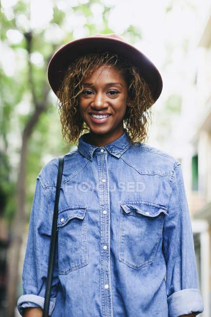 Mujer con sombrero y camisa de mezclilla - foto de stock