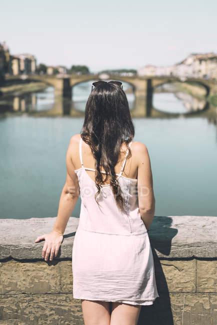 Italien, Florenz, Frau auf der Suche von Ponte Vecchio — Stockfoto