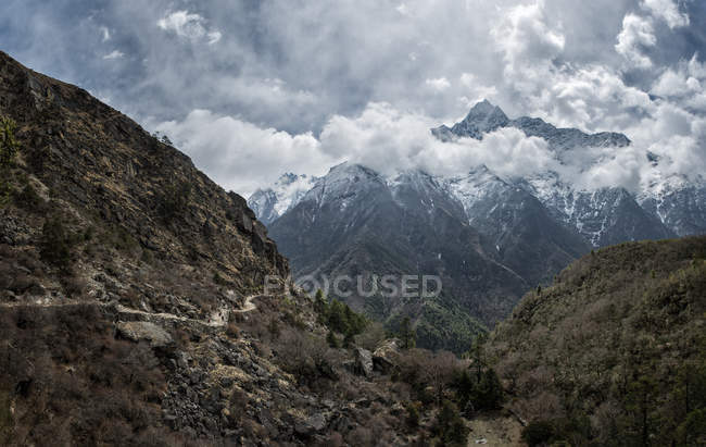 Nepal, Himalaya, Khumbu, hiking trail and mountains in clouds — Stock Photo