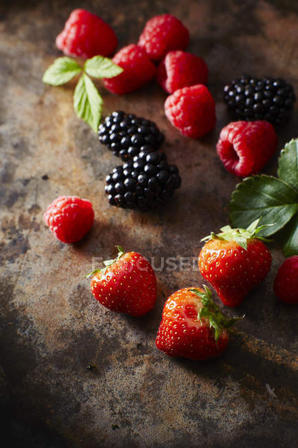 Raspberries with strawberries and blackberries — Stock Photo