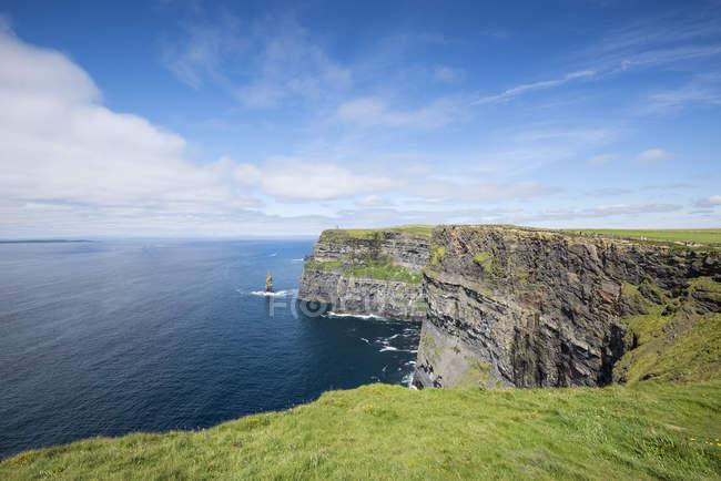Veduta delle scogliere di Moher di giorno, Contea di Clare, Irlanda — Foto stock