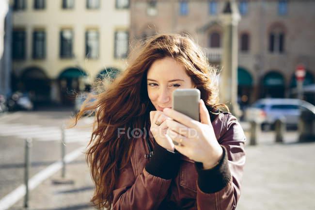 Frau, die eine Selfie mit dem Smartphone — Stockfoto