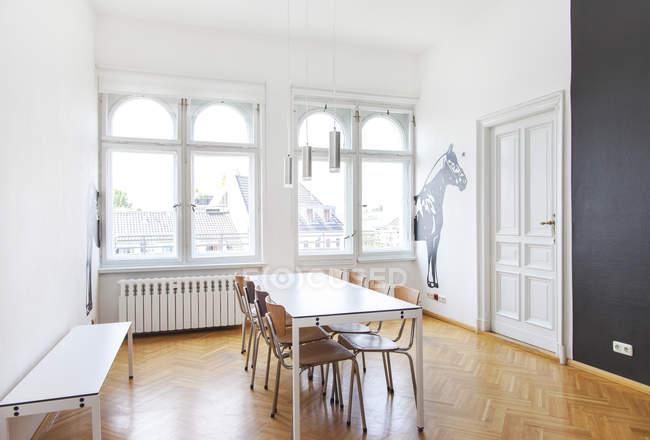 Intérieur du salon dans un bureau moderne — Photo de stock
