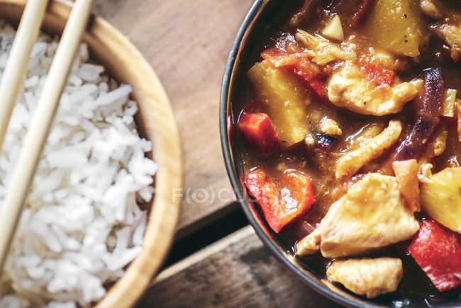 Schalen mit chinesischen würzigen Hühnchen und Reis — Stockfoto