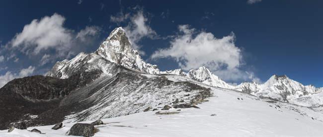 Nepal, Himalaya, Khumbu, regione dell'Everest, Ama Dablam e vista delle cime innevate — Foto stock