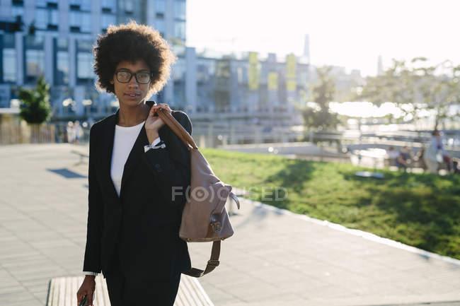 Porträt einer Geschäftsfrau mit Tasche auf der Straße — Stockfoto