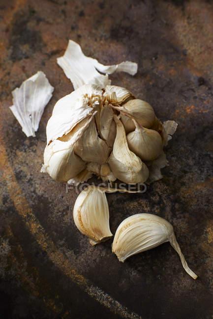 Dientes de ajo frescos - foto de stock