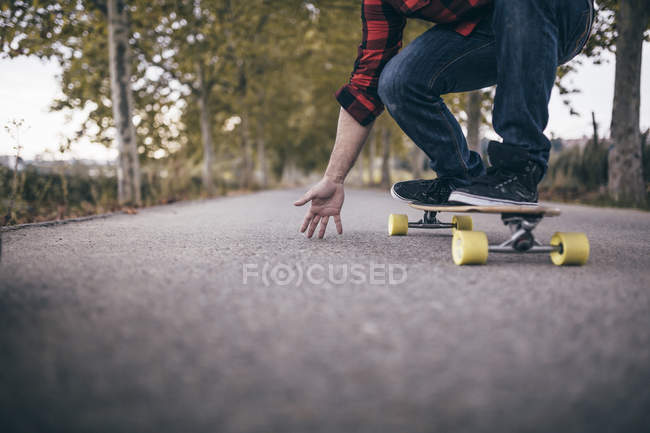 Man standing on longboard — Stock Photo