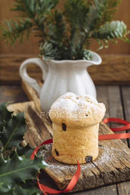 Домашней выпечки мини Панеттоне на деревянные разделочную доску, украшения — стоковое фото