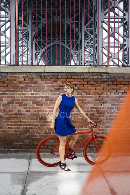 Блондинка с красным мотоциклом — стоковое фото