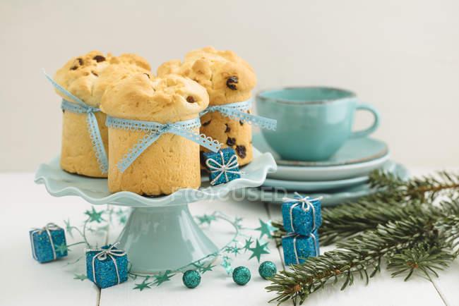 Домашней выпечки мини Панеттоне на торт стоять, рождественские украшения — стоковое фото