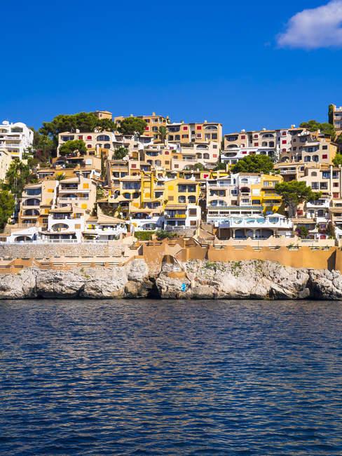 Vista del complejo de apartamentos en Cala Fornells durante el día, Mallorca, España - foto de stock