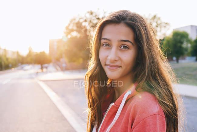 Retrato de menina feliz no backlight — Fotografia de Stock