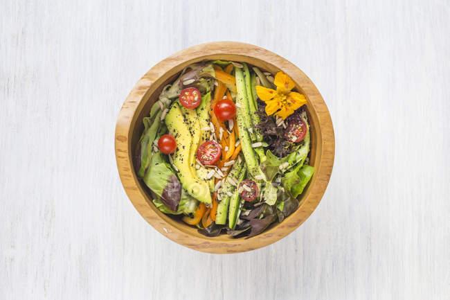 Holzschale mit gemischtem Gemüsesalat — Stockfoto