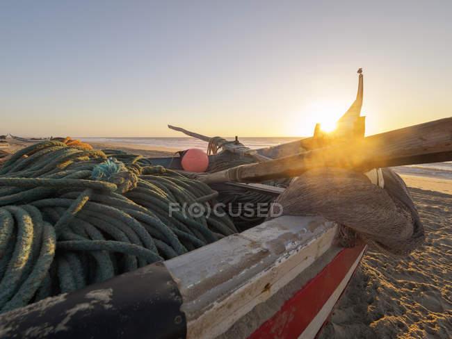 Barco de pesca de Portugal, Praia de Mira, na praia da luz de fundo — Fotografia de Stock