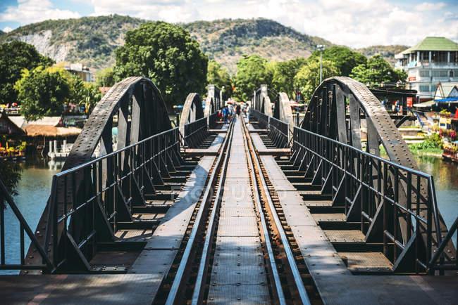 Tailandia, Kanchanaburi, ve al puente sobre el río Kwai - foto de stock