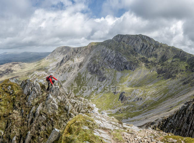 UK, Wales, Cadair Idris, Cyfrwy Arete, woman rock climbing — Stock Photo