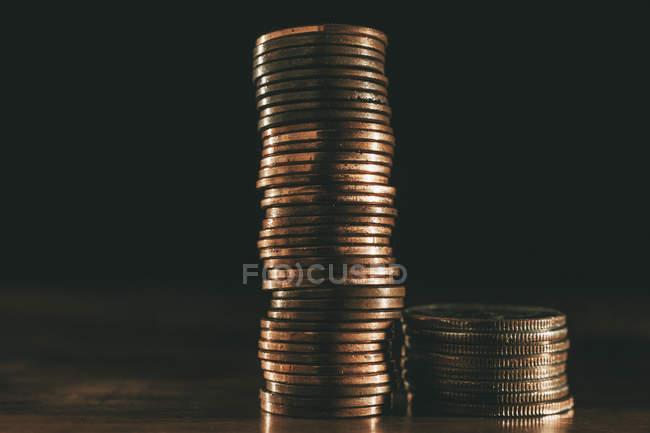 Pila de monedas en fondo negro - foto de stock