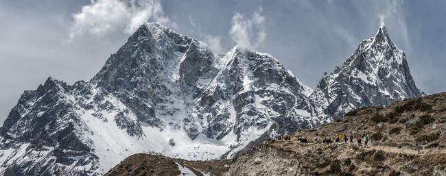 Nepal, Himalaya, Khumbu, regione dell'Everest, Taboche, alpinisti attraversando montagne — Foto stock