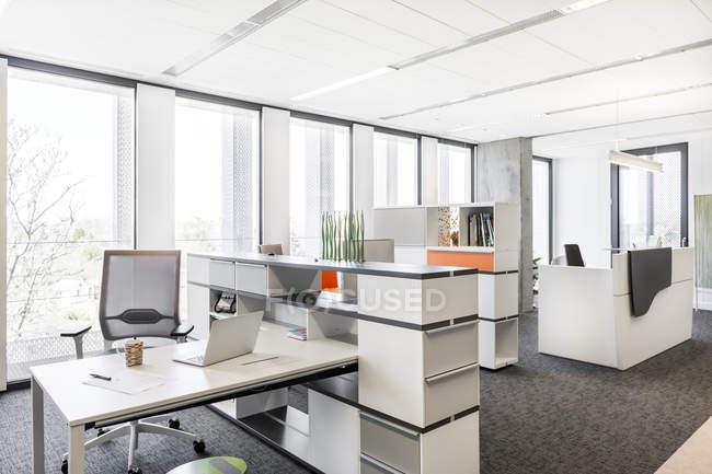 Diseño de interiores de oficinas modernas - foto de stock