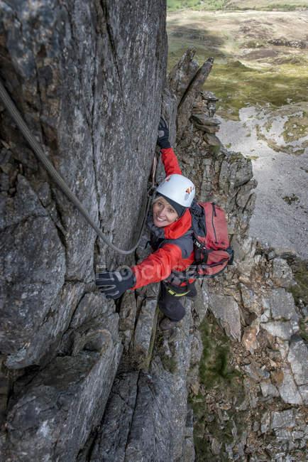 Royaume-Uni, pays de Galles, Cadair Idris, Cyfrwy Arete, escalade de rocher de femme — Photo de stock