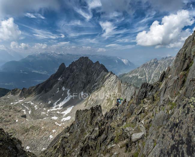 Schweiz, Wallis, Wiwannihorn, Frau Wandern in Bergen — Stockfoto