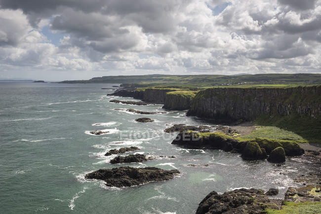 UK, Northern Ireland, County Antrim, cliffs at Causeway Coast — Stock Photo