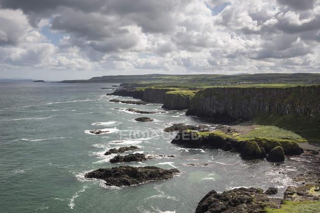 Großbritannien, Nordirland, County Antrim, Klippen am Causeway-Küste — Stockfoto