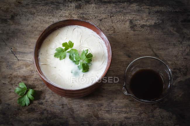 Чаша vegan цвітна капуста суп з локшиною скла — стокове фото