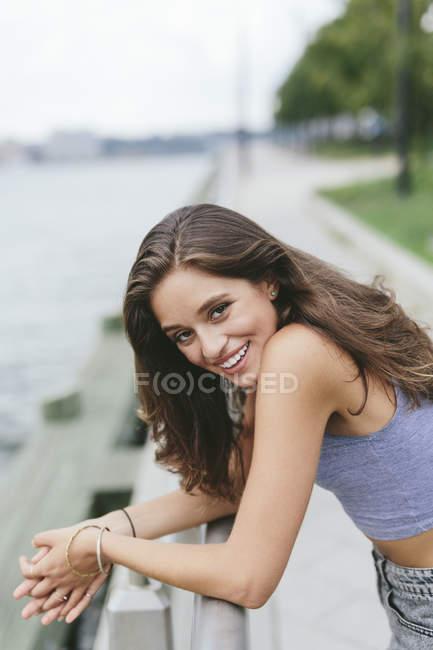 Соединенные Штаты Америки, New York City, smiling young woman at Hudson River — стоковое фото