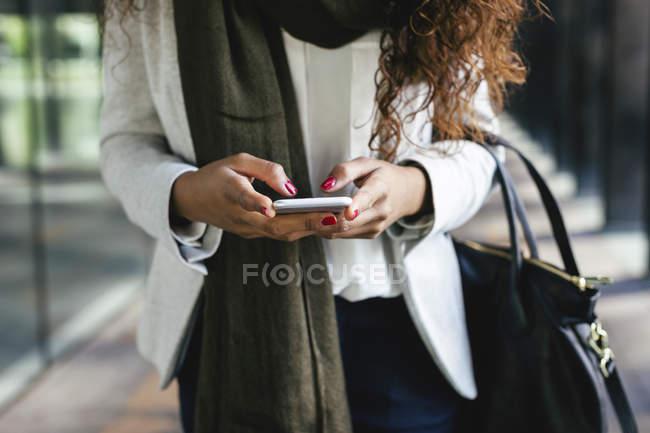 Primo piano del messaggio SMS della donna su smartphone — Foto stock