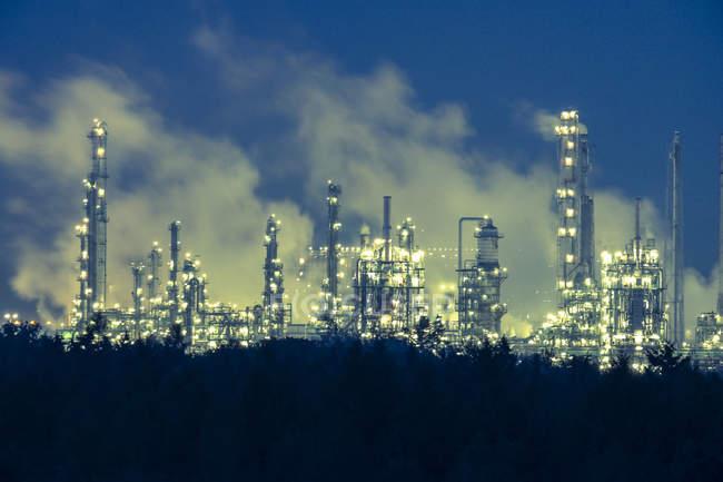Германия, Бавария, Бургас, промышленная зона ночью — стоковое фото
